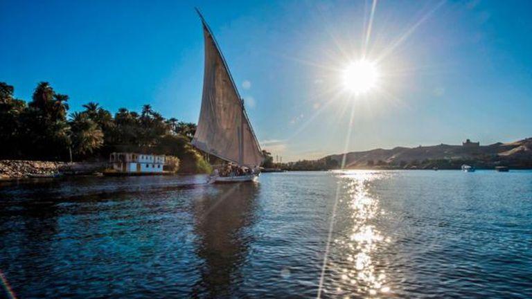 Una embarcación navega por el Nilo cerca de la ciudad egipcia de Asuán