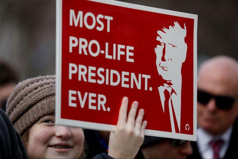 Una activista provida marcha con un cartel de apoyo a Trump