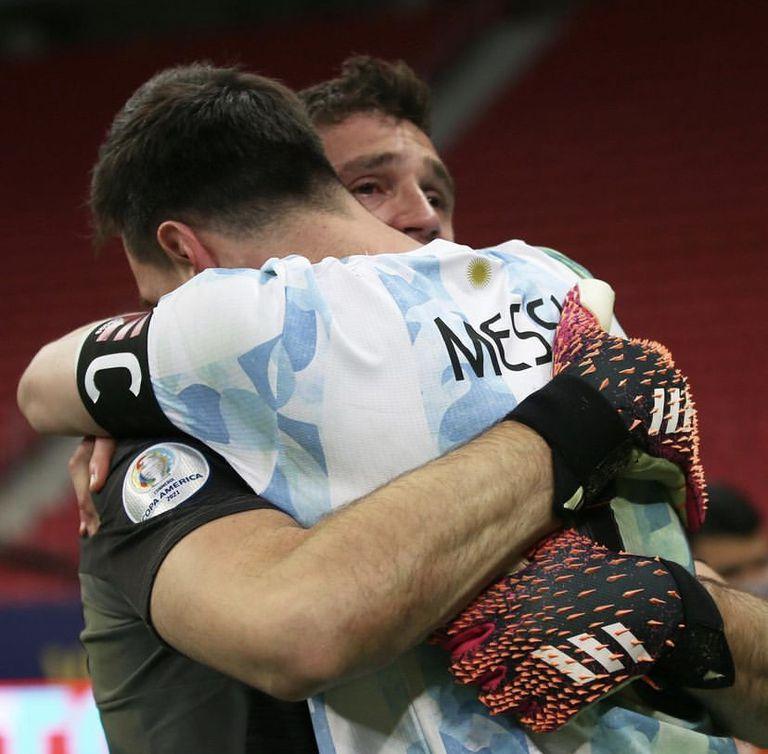 Todo un símbolo: Dibu Martínez y Messi, tras la definición por penales
