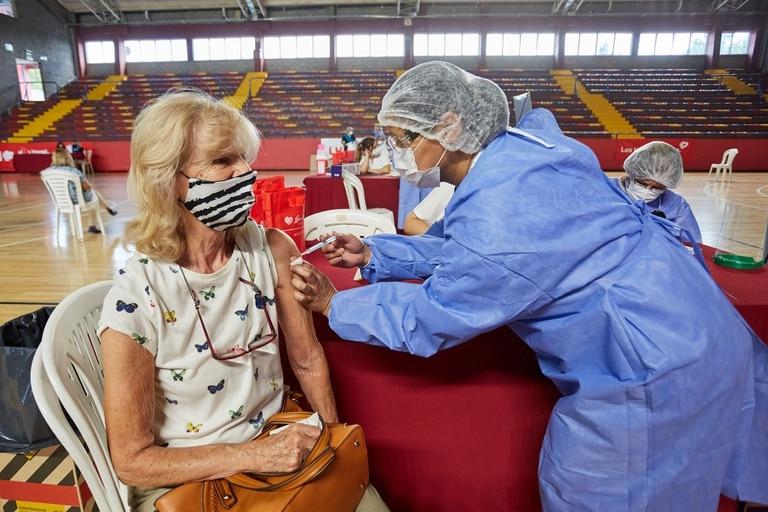 ARGENTINA: Teresa Salder, de 75 años, se vacuna el 1ro de marzo en Mendoza. Mas de 73.000 personas mayores de 70 son los que han prestado su conformidad para ser vacunados. Se aplicaron dosis de la Sputnik V. Mendoza, lunes 1 de marzo de 2021.