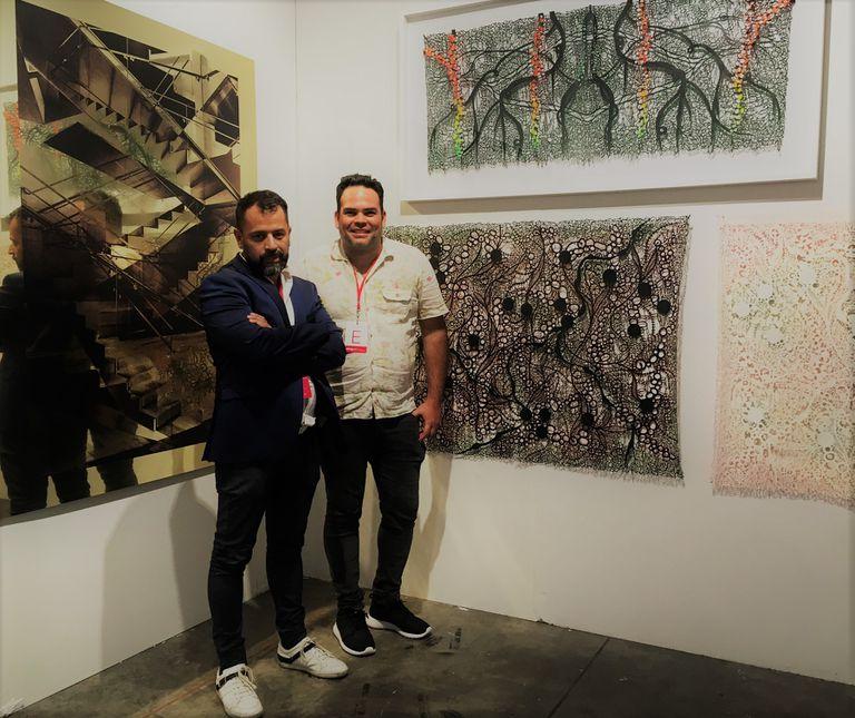 Jorge Miño y Andrés Paredes con sus obras en el stand de Ungallery en Pinta
