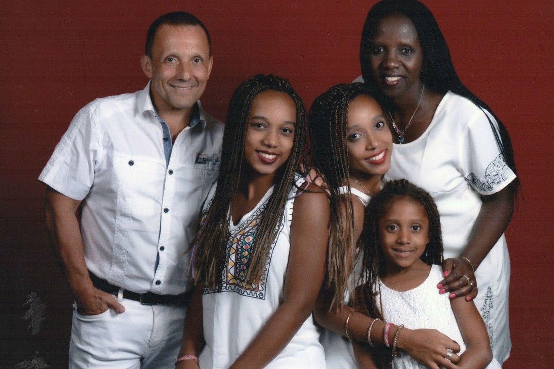 Jorge y Therese con sus hijas