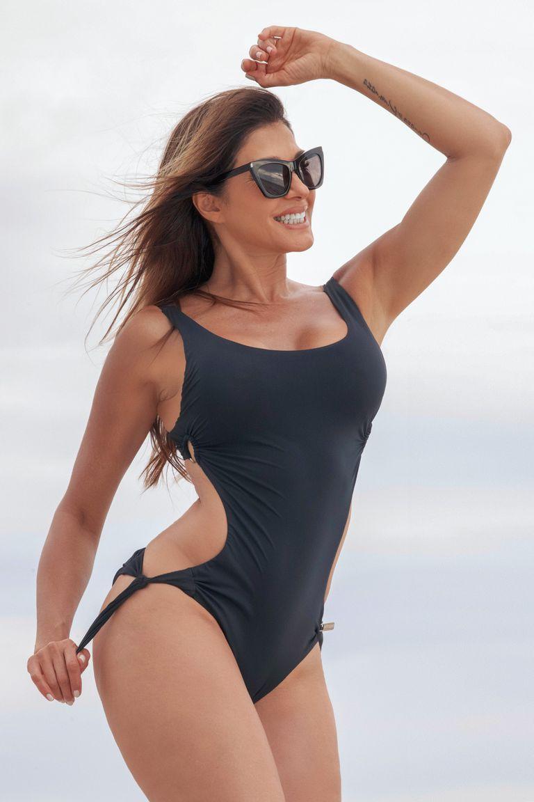 Con su cuerpo esculpido y sexy, Cathy causa sensación cada vez que va a la playa.