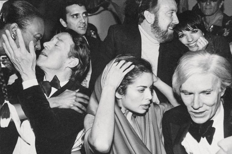 Drogas, frenesí y un cadáver en el techo: la historia del boliche más famoso de los 70
