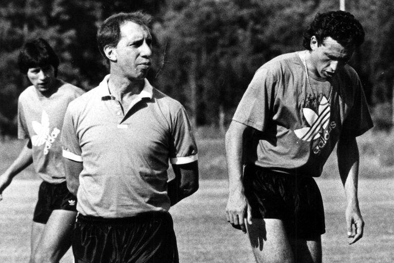 Carlos Bilardo y Jorge Valdano, en una práctica con la selección el 23 de enero de 1990