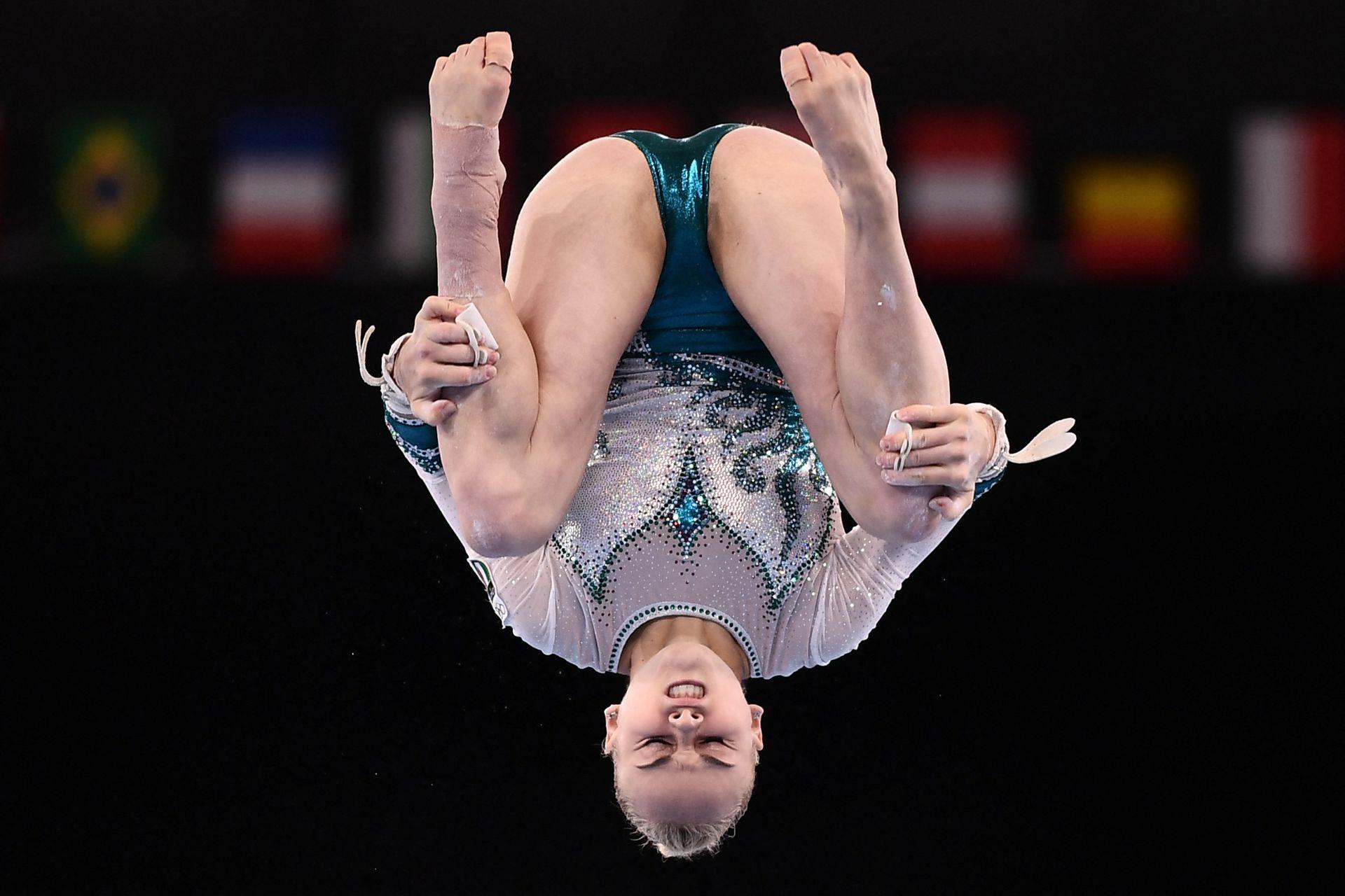 La italiana Asia D'amato compite en el evento de barras asimétricas de la clasificación femenina de gimnasia artística durante los Juegos Olímpicos de Tokio 2020 en el Centro de Gimnasia Ariake en Tokio el 25 de julio de 2021