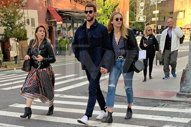 Liam Hemsworth fue captado caminando de la mano junto a una chica