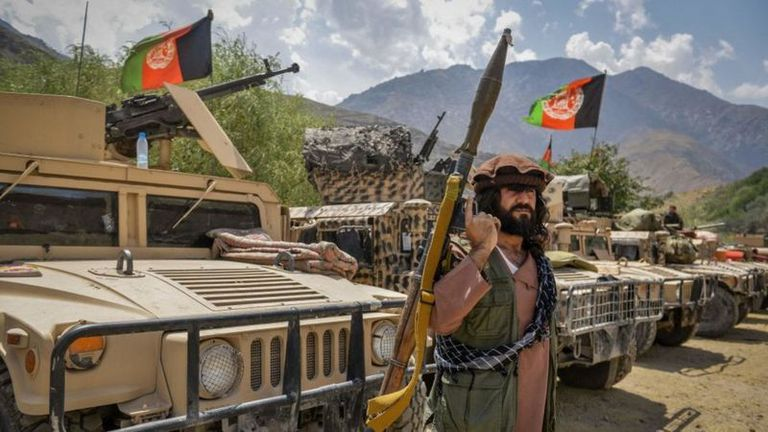 Armados y con carros militares, combatientes del valle de Panshir defienden su territorio. Foto del 19 de agosto