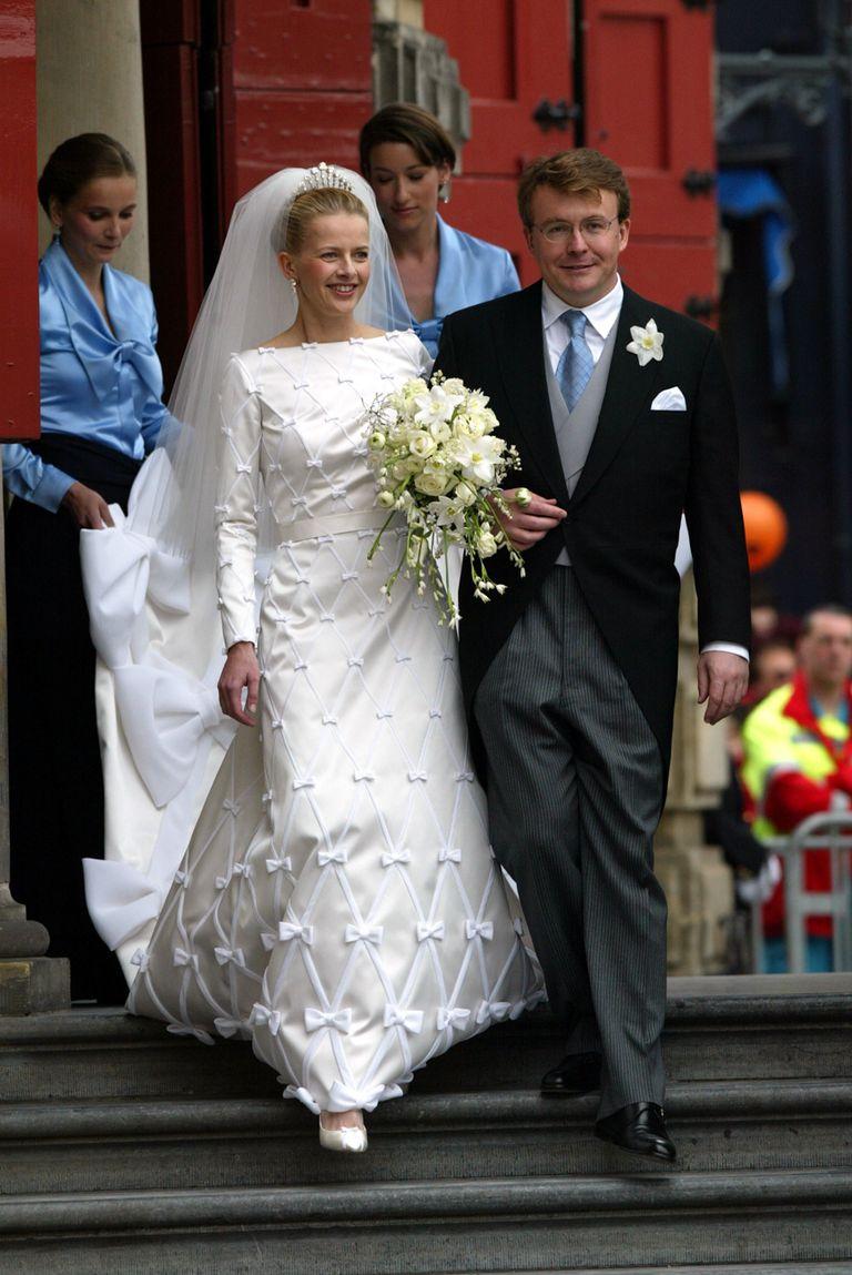 El 24 de abril de 2004, Friso de los Países Bajos renunciaba a sus derechos dinásticos para casarse con su gran amor, Mabel Wisse Smith, en la catedral de Oude Kerk de Delft. El parlamento holandés no había autorizado la unión por una presunta vinculación de la novia con un peligroso narcotraficante