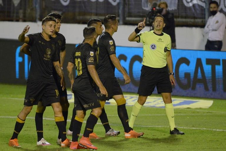 Talleres protesta a Germán Delfino: el juez cobró penal por una falta que ocurrió fuera del área del conjunto cordobés, y así propició el 2-0 de Gimnasia.
