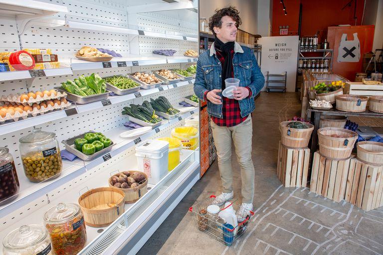 Sean Van Doornum compra en Precycle, una tienda de comestibles con cero residuos y cero embalaje en el distrito de Bushwick de Brooklyn, Nueva York
