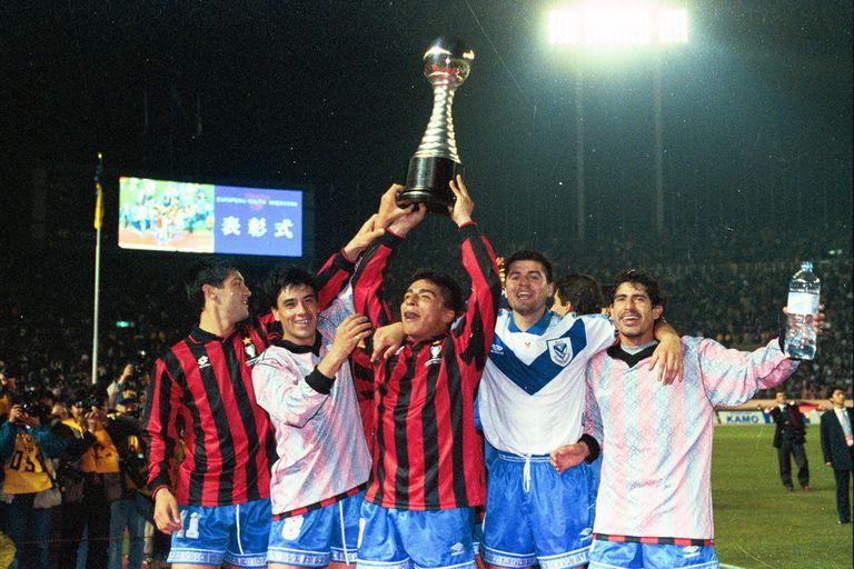 El Turu Flores, el Pepe Basualdo, el Turco Asad, Sotomayor y Marcelo Gómez, con la Copa Intercontinental ganada en Tokio ante Milan