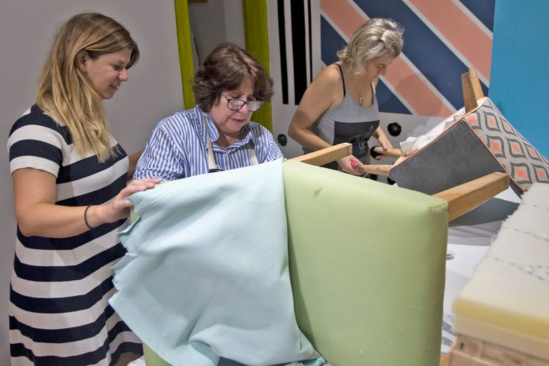 Gimena Palacios está a cargo del Club Atrezo, que se dedica a la ensenanza de oficios para mujeres. Junto sus alumnos en el curso de tapicería