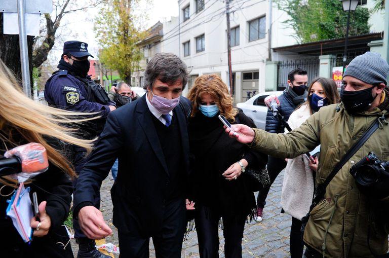 La médica de Swiss Medical Nancy Forlini y su abogado, Nicolás D'Albora, al salir de la fiscalía federal de San Isidro, luego de presentar un escrito para cumplir con la declaración indagatoria por la muerte de Diego Armando Maradona