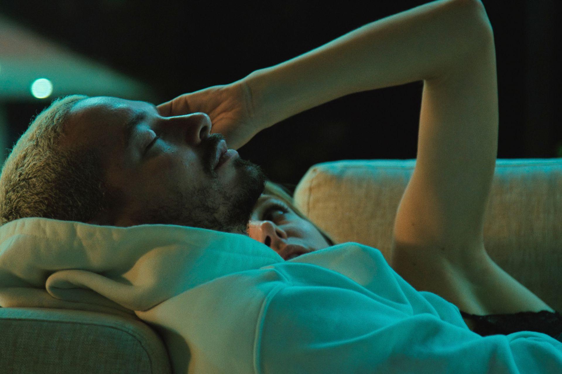 Balvin junto a su novia, la argentina Valentina Ferrer, durante uno de los momentos más íntimos del documental