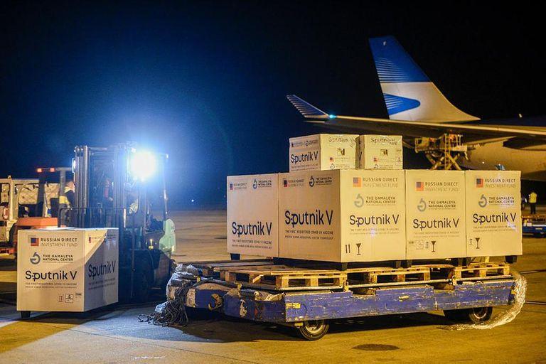 Varios cargamentos de Sputnik V llegaron al país y se distribuyeron a las provincias