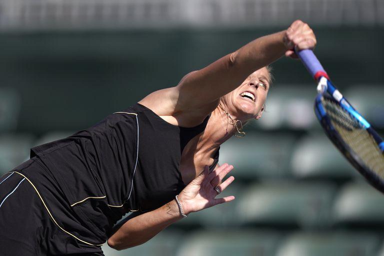 La checa Karolina Pliskova saca durante el partido contra la brasileña Beatriz Haddad Maia en el torneo Indian Wells, el lunes 11 de octubre de 2021, en Indian Wells, California. (AP Foto/Mark J. Terrill)