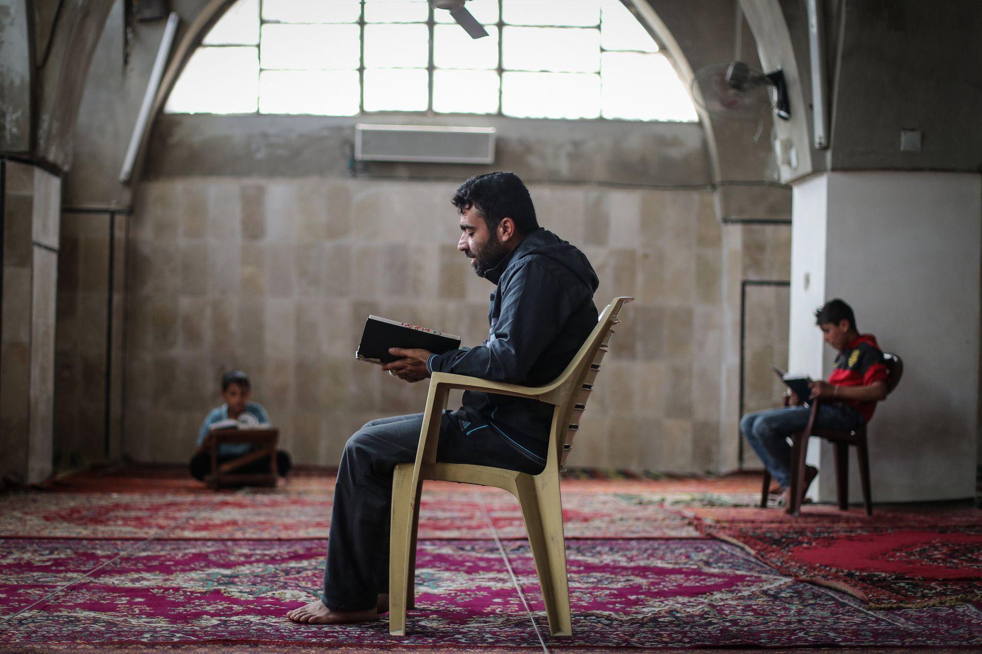 Musulmanes sirios leen el Corán en la mezquita de la ciudad de Maarrat Misrin