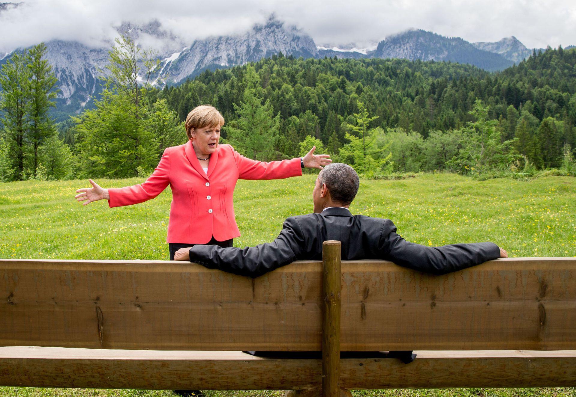 Una conversación entre Merkel  y el presidente estadounidense, Barack Obama, fuera del castillo de Elmau después de una sesión de trabajo de una cumbre del G7 cerca de Garmisch-Partenkirchen, en el sur de Alemania, el 8 de junio de 2015