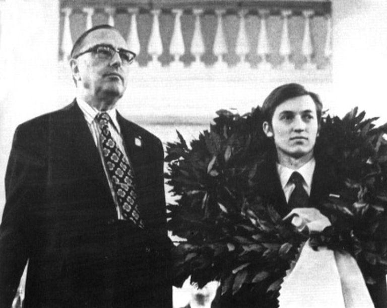 La consagración oficial de Karpov en Moscú, el 24 de abril de 1975 junto al Pte. de la FIDE, Max Euwe