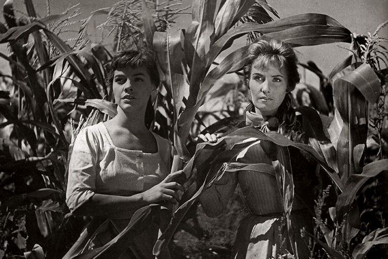 Silvia Legrand y Fernanda Mistral en la película Campo arado (1959), de Leo Fleider