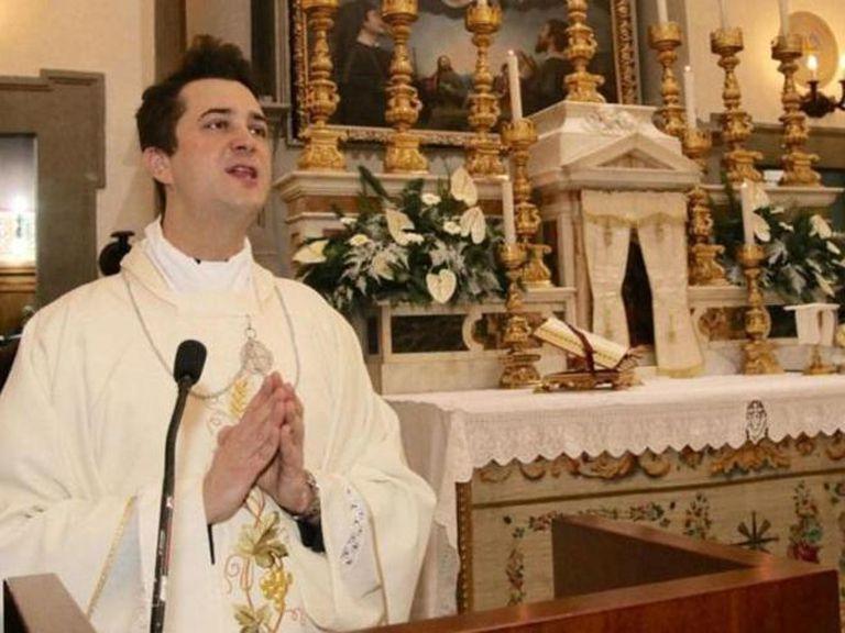 Detuvieron a un sacerdote que usaba el dinero de la limosna para comprar drogas y organizar fiestas
