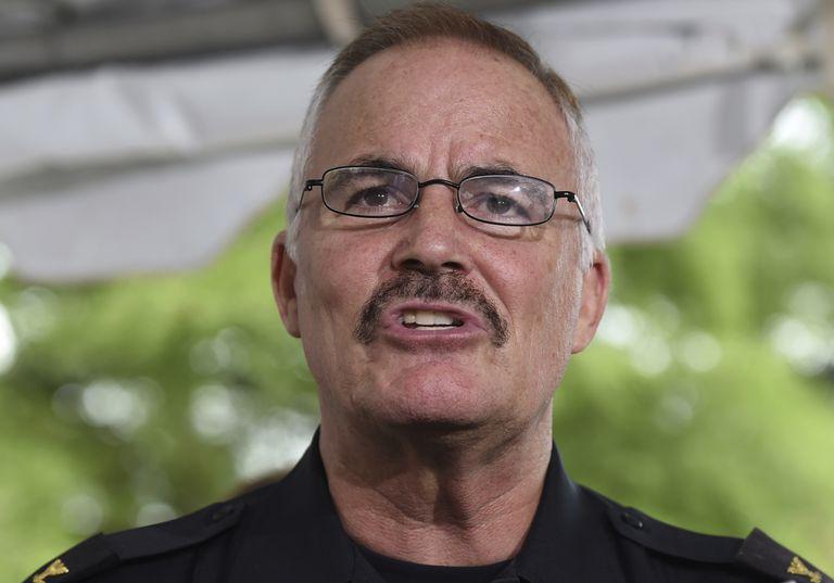 J. Thomas Manger, jefe de policía durante 15 años en el condado Montgomery, Maryland, habla con periodistas, el 15 de julio de 2015, en Wheaton. Manger fue elegido jefe de de la Policía del Capitolio, se anunció el 21 de julio de 2021. (AP Foto/Molly Riley, File)