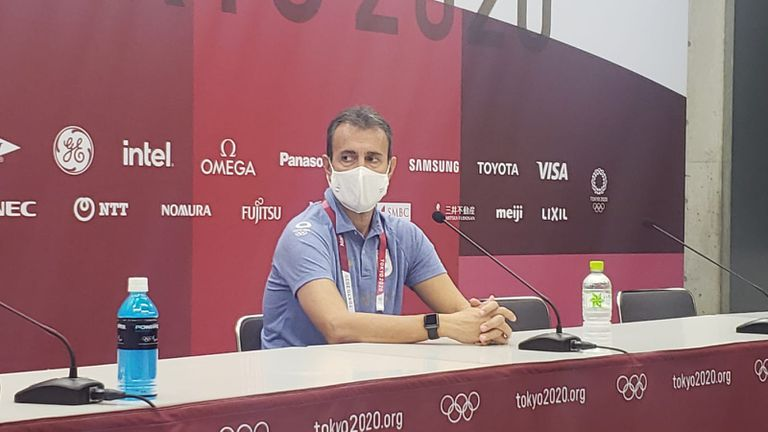 Fernando Batista en conferencia de prensa tras la derrota de Argentina ante Australia en el inicio de Tokio 2020