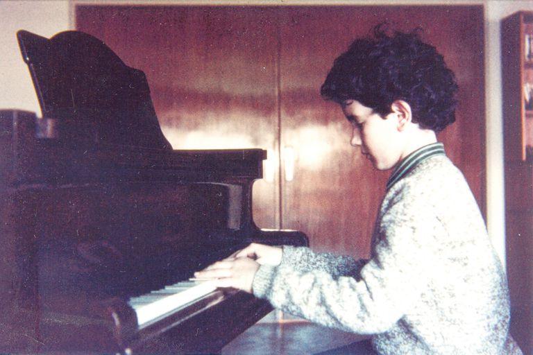 Estudió música clásica hasta que sus hermanos mayores le hicieron conocer los discos de Genesis, Yes y Led Zeppelin