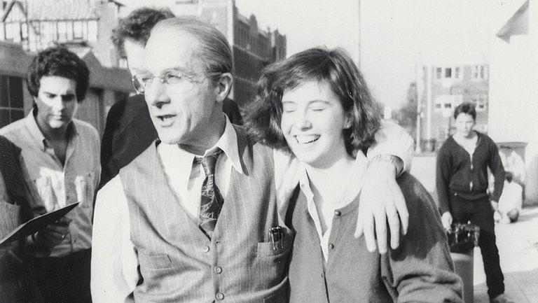 Hoffman y la asistente de producción a la cual acosó durante el rodaje de Muerte de un viajante; en la foto, el actor está caracterizado como el protagonista del film de 1985