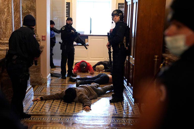 Manifestantes detenidos en el interior del Capitolio