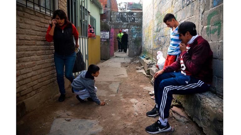 Muchachos juegan con canicas en la Villa 31 en Buenos Aires, la Argentina