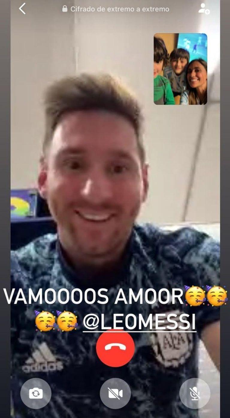 Lionel Messi en videollamada con su familia festejando el triunfo ante Ecuador