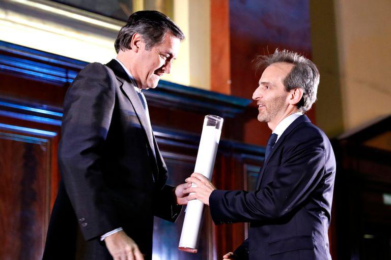 Guillermo Rivaben, CEO de LA NACION, recibe el diploma
