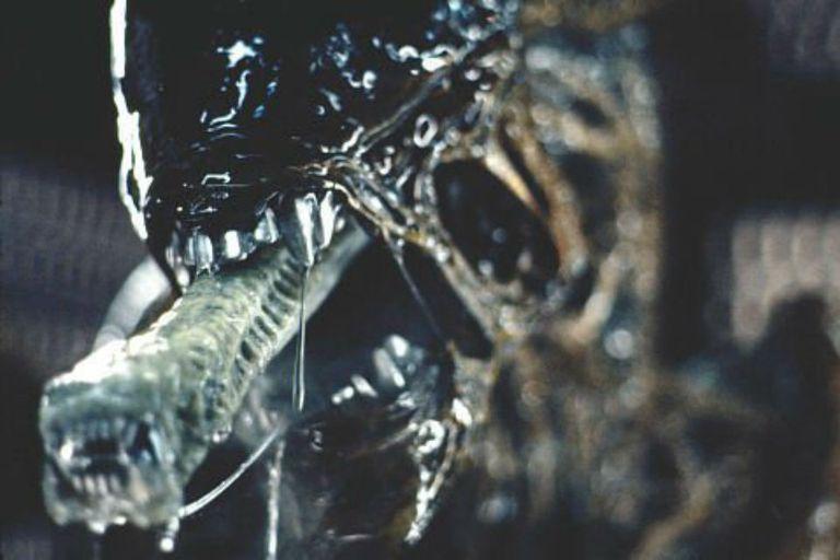 El alien se come la cabeza de Ripley y se escapa hacia nuestro planeta