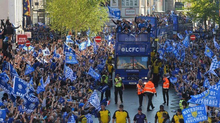 Plantel y población de Leicester unidos en un festejo inolvidable