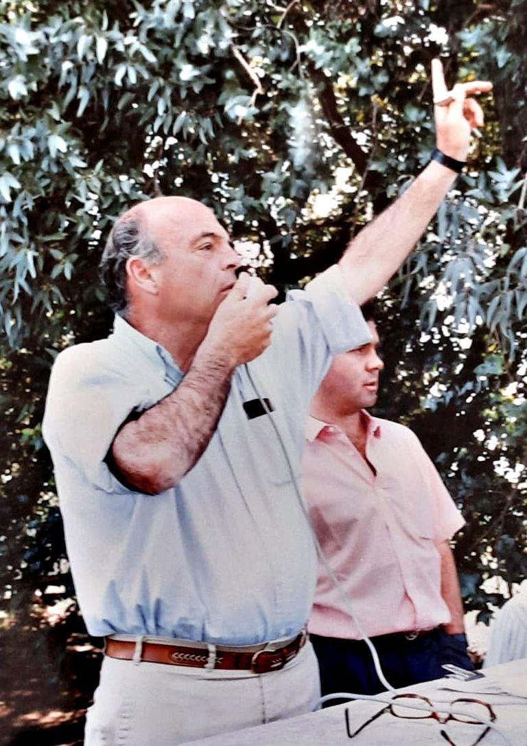 El rematador Luis Federico Bullrich, detrás su hijo Patricio