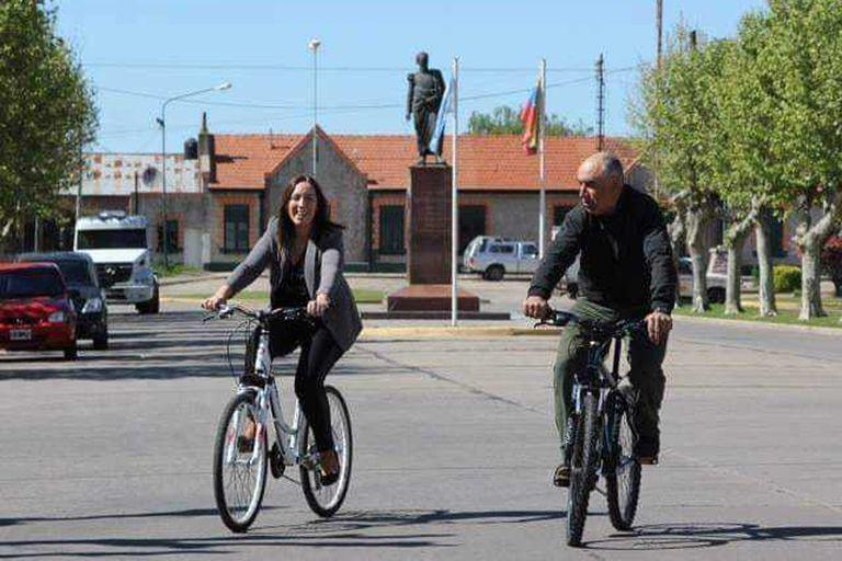 Junto al bicicletero en la campaña de 2015