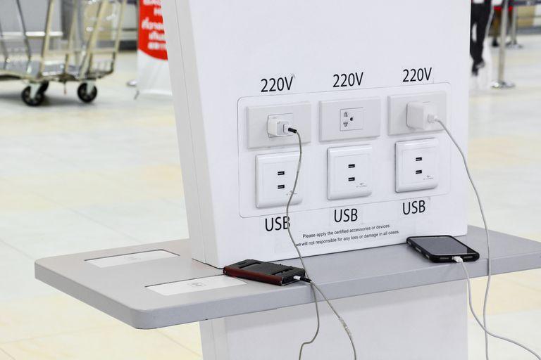 Pensá dos veces antes de enchufar tu teléfono móvil en el conector USB de los aeropuertos o en las estaciones de cortesía: podrías terminar con tu cuenta bancaria vacía o víctima de robo de identidad