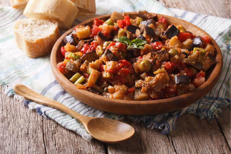 Caponata siciliana con berenjenas, pimientos y tomates