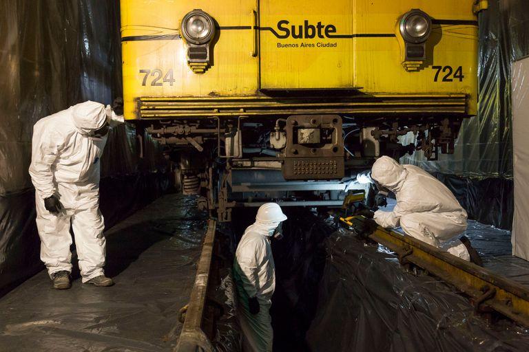 Una cuadrilla de operarios trabaja en un apaga chispas, una de las piezas contaminadas con asbesto en la flota Mitsubishi de la línea B