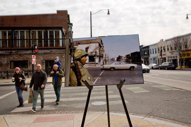50 años sin Martin Luther King. El 6 de abril de 1968, un soldado de la Guardia Nacional intenta detener los disturbios. La fotografía está colocada en un caballete cerca de la esquina de las actuales calles 4 y H