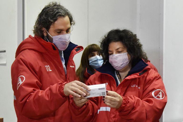 El jefe de Gabinete, Santiago Cafiero, y la ministra de Salud, Carla Vizzotti,  supervisaron la recepción de las 864.000 dosis de la vacuna de AstraZeneca en la planta de almacenamiento. Foto de archivo.