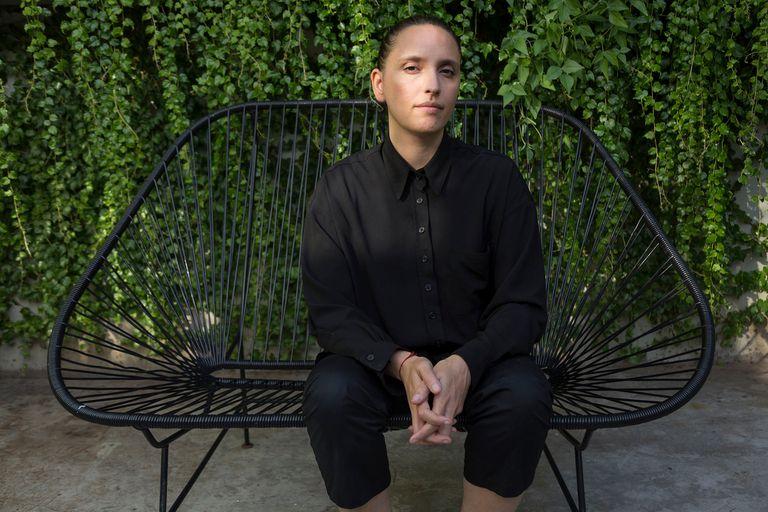 Pionera de la moda vegana en la Argentina y reconocida internacionalmente, se convirtió en la primera diseñadora latina en llegar a la semifinal del premio que otorga Louis Vuitton