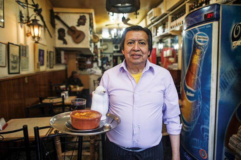 Héctor Yepez, dueño y mozo de la pulperìa Ña Serapia desde hace casi medio siglo