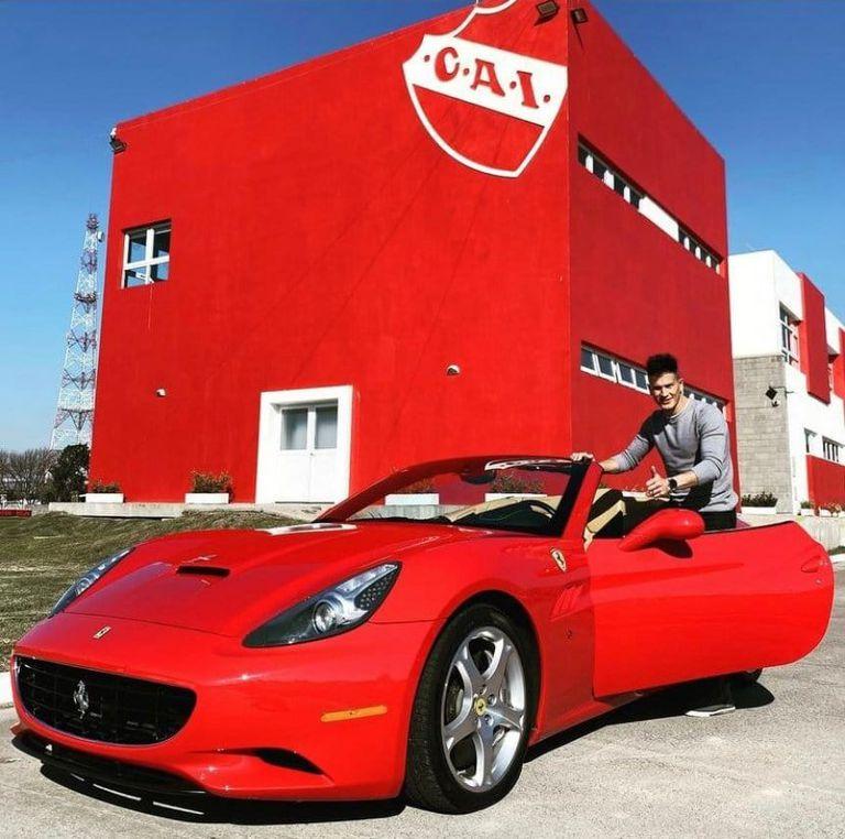 Sebastián Sosa llegó al entrenamiento de Independiente con una impresionante Ferrari