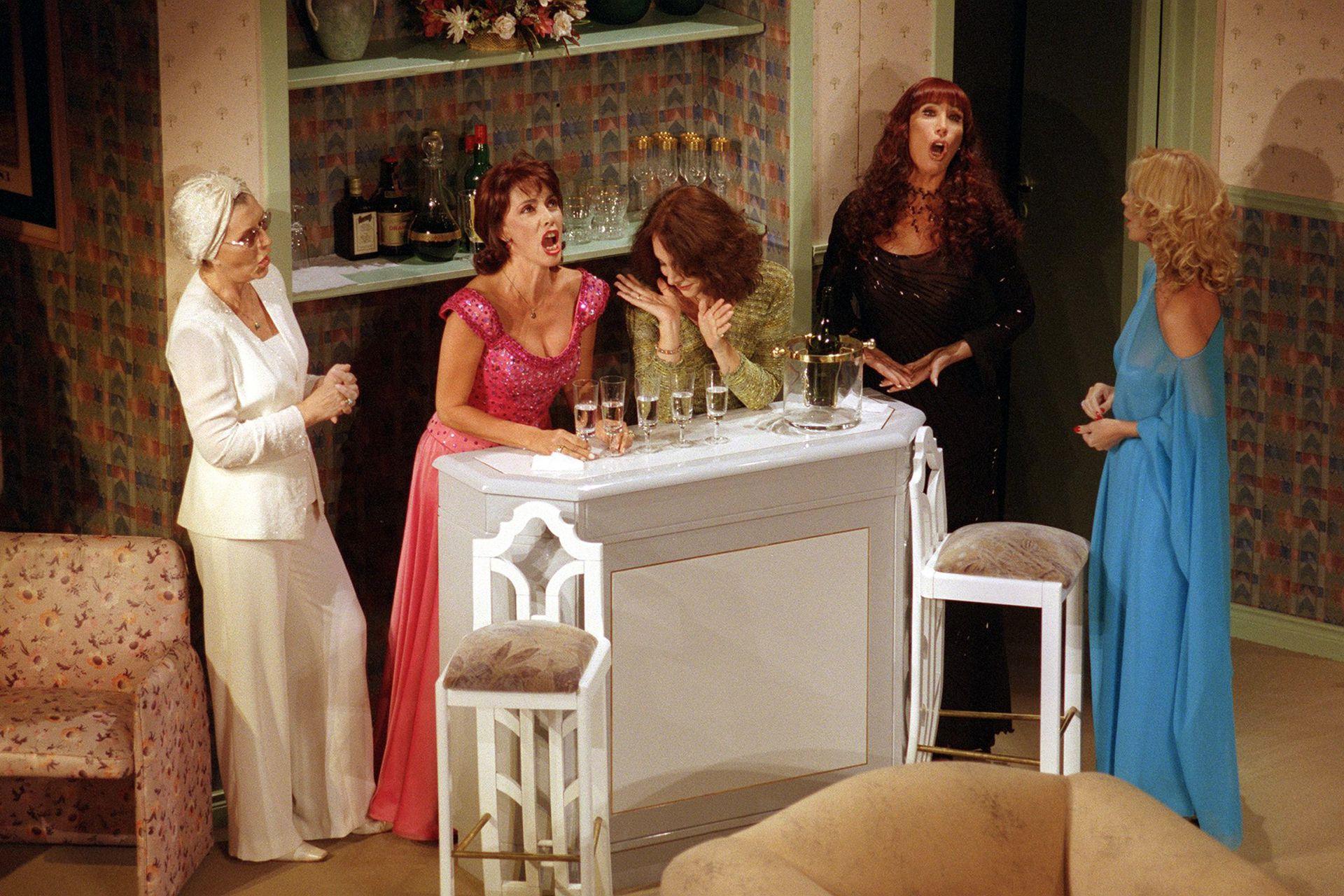 Susana Campos, Nora Cárpena, Thelma Biral, Moria Casán y Graciela Dufau en una escena de Brujas