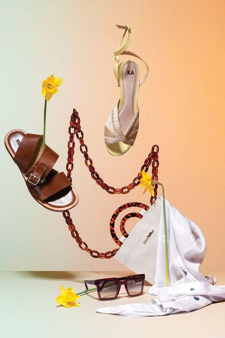 1. Sandalias de cuero suela (Etiqueta Negra) /  2. Sandalia de rafia y cuero amarillo (Mishka) / 3. Sobre con detalles y correa de carey (Las Pepas)  /  4. Anteojos de sol de acetato (Mishka) / 5. Foulard de seda floreado (Perramus)