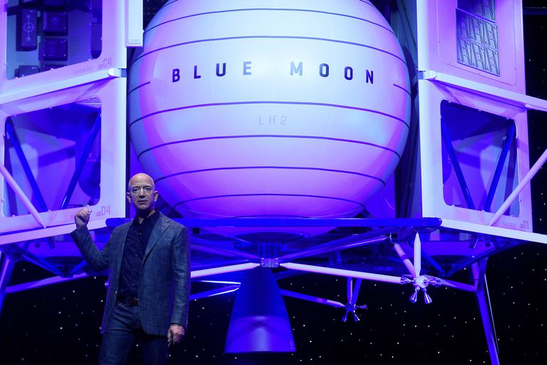 Jeff Bezos presenta un vehículo de exploración lunar fabricado por su compañía Blue Origin.