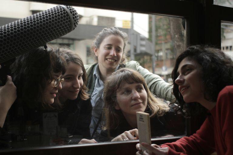 """Mercedes Halfon, Laura Citarella y un equipo de cineastas en el rodaje de """"Las poetas visitan a Juana Bignozzi"""""""